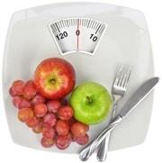แอปเปิ้ลองุ่นส้อมและมีดบนตาชั่ง