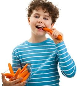 เด็กชายกำลังกินแครอท