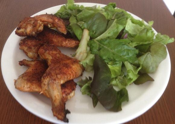 ปีกไก่ย่างกับผักใบเขียว