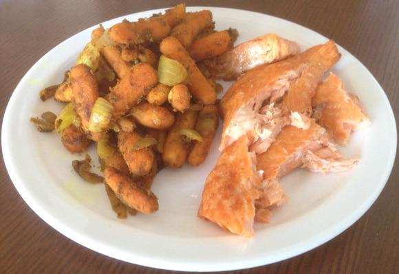 ปลาแซลมอนย่างกับหัวหอมและแครอท