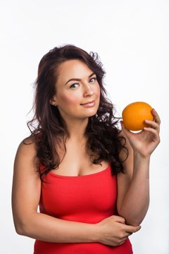 ผมสีน้ำตาลถือส้ม