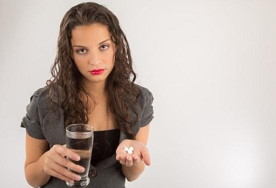 สีน้ำตาลโฮลดิ้งยาและน้ำ