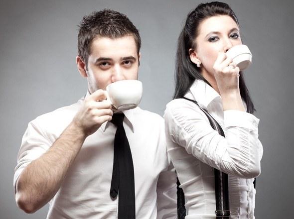 นักธุรกิจและนักธุรกิจหญิงกำลังดื่มกาแฟ