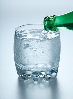 น้ำอัดลมเทลงในแก้ว