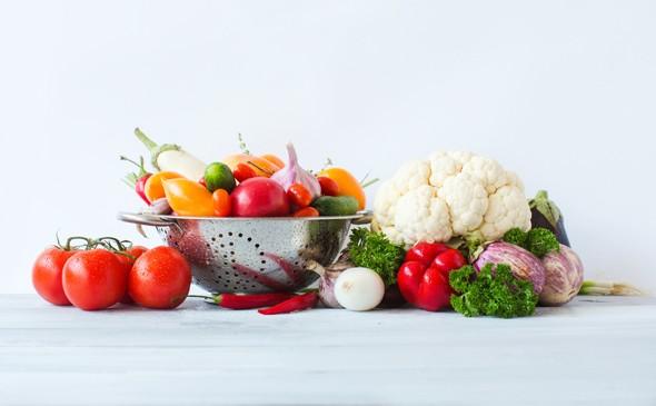 กะหล่ำดอกมะเขือเทศและผักอื่น ๆ บนโต๊ะ
