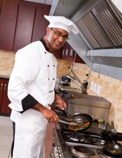 พ่อครัวปรุงอาหารในครัว