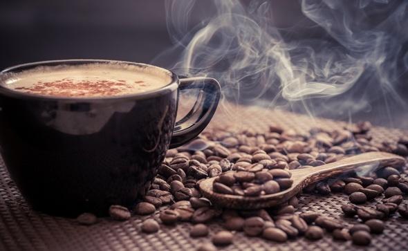 เมล็ดกาแฟและถ้วยนึ่ง
