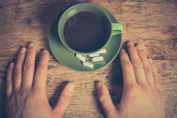 ถ้วยกาแฟและยา