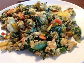 ไข่และผักทอดในน้ำมันมะพร้าว