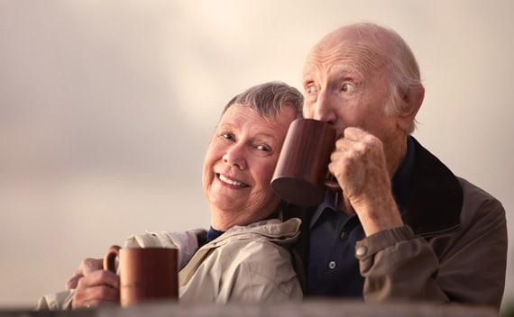 คู่สามีภรรยากำลังดื่มกาแฟ