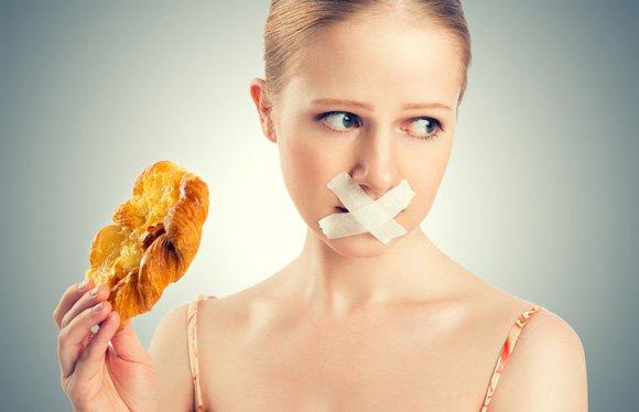 หญิงผู้อดอาหารด้วยเทปพันสายไฟเหนือปาก
