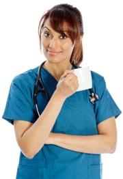 แพทย์หญิงกำลังดื่มกาแฟ