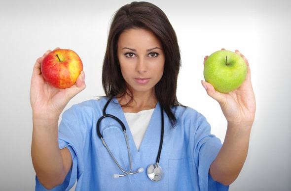 หมอหญิงถือแอปเปิ้ลสองลูก