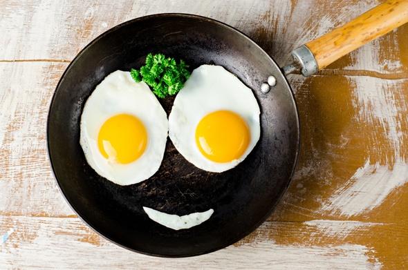 ไข่ดาวบนกระทะทำเป็นรูปหน้ายิ้ม