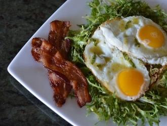 สลัด Frisee กับเบคอนและไข่