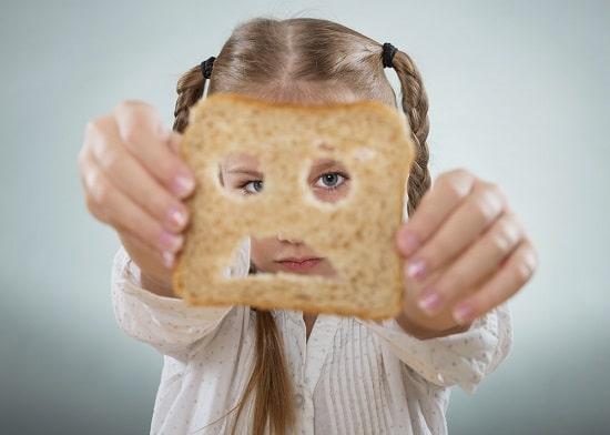 หญิงสาวมองผ่านขนมปัง