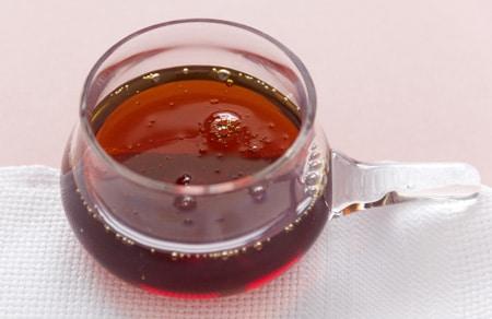 ขวดแก้วพร้อมน้ำเชื่อมเมเปิ้ล
