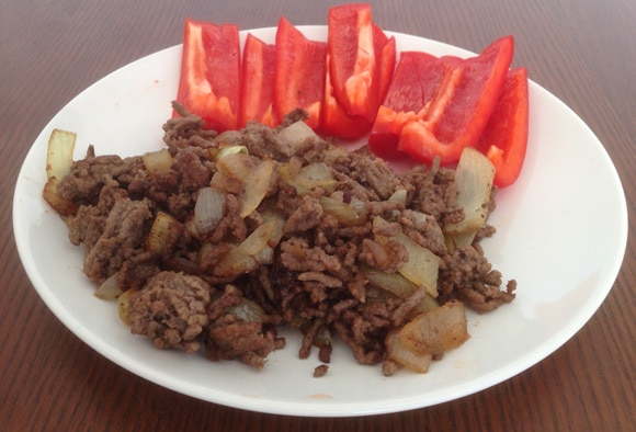 เนื้อบดกับหัวหอมและพริกหวานแดง