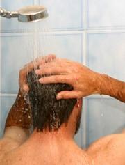 ผู้ชายกำลังอาบน้ำ