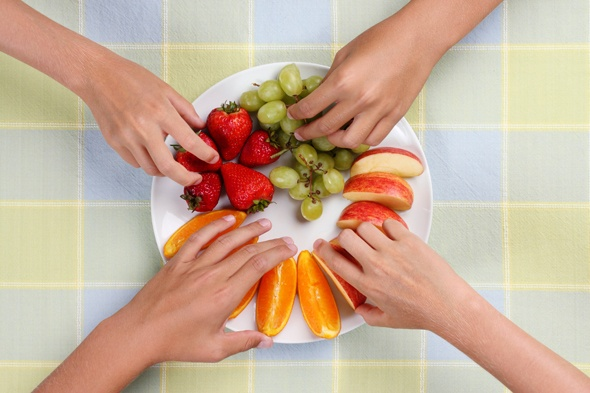 มือหยิบผลไม้จากจาน