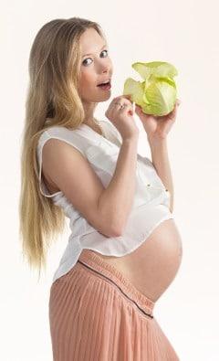 หญิงตั้งครรภ์มีความสุขถือผักกาดหอม