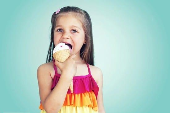 เด็กหญิงตัวเล็ก ๆ กำลังกินไอศกรีม