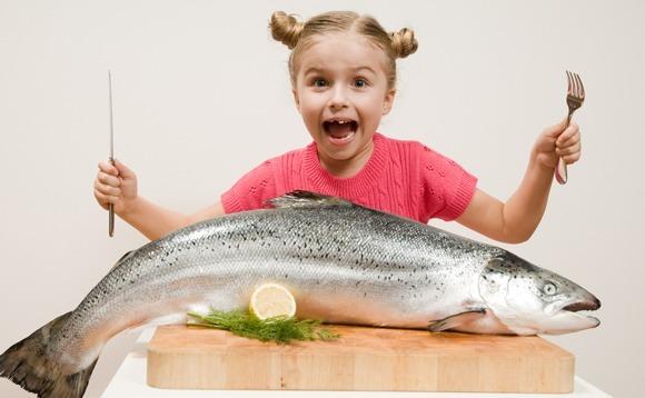 เด็กหญิงตัวเล็ก ๆ กับปลาตัวใหญ่