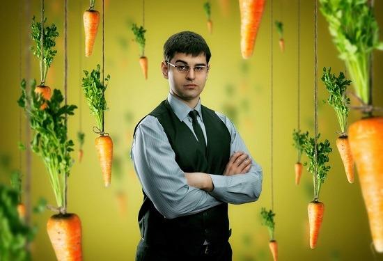 ผู้ชายที่ล้อมรอบด้วยแครอท