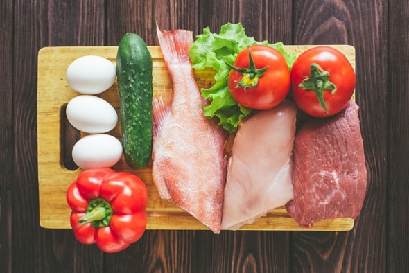 เนื้อปลาไข่และผักบนเขียง