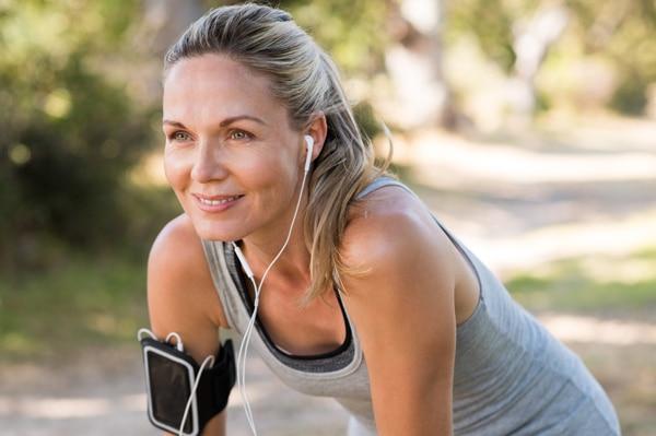 หญิงวัยกลางคนกำลังออกกำลังกาย