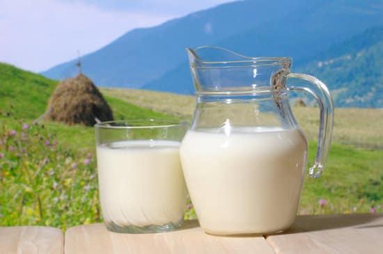 เหยือกนมและแก้วด้านนอก
