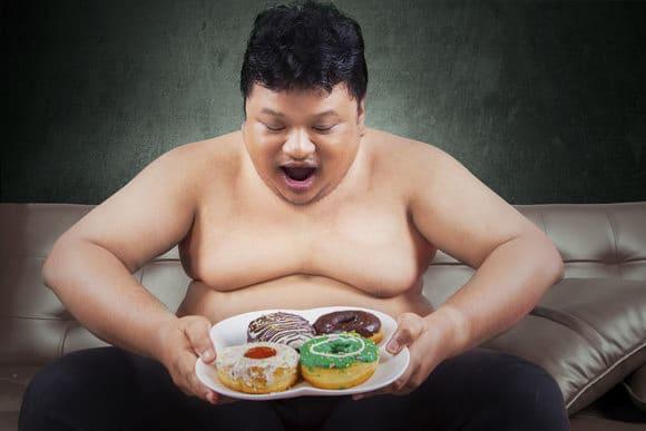 ผู้ชายอ้วนมองโดนัท