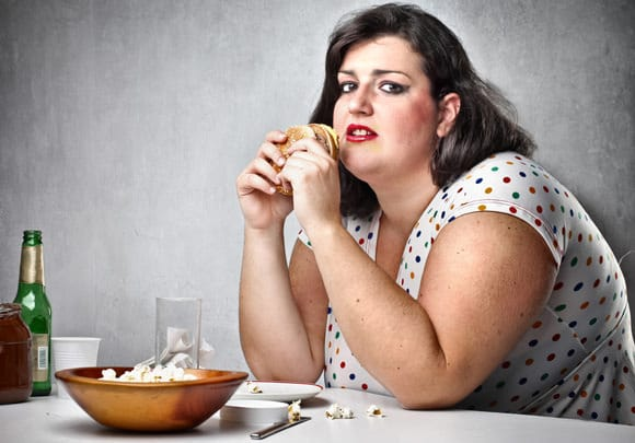 ผู้หญิงอ้วนกินอาหารขยะ