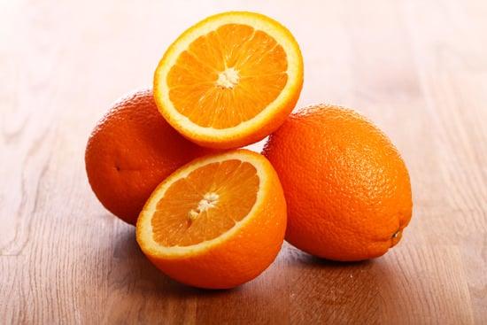 ส้มบนโต๊ะไม้