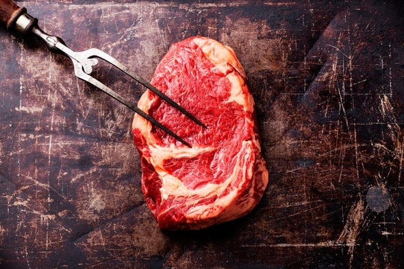 ชิ้นเนื้อดิบและส้อมสองง่าม
