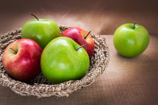 แอปเปิ้ลแดงและเขียวในตะกร้า
