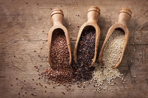 Quinoa สีแดงสีดำและสีขาวในช้อนไม้