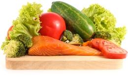 ปลาแซลมอนและผักบนเขียง