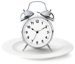 นาฬิกาปลุกสีเงินบนจาน