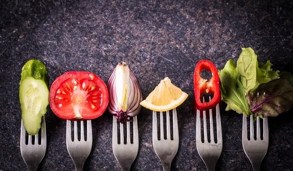 หกส้อมพร้อมผักและผลไม้ที่แตกต่างกัน