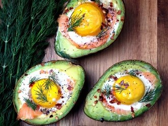 ไข่แซลมอนรมควันยัดไส้อะโวคาโด