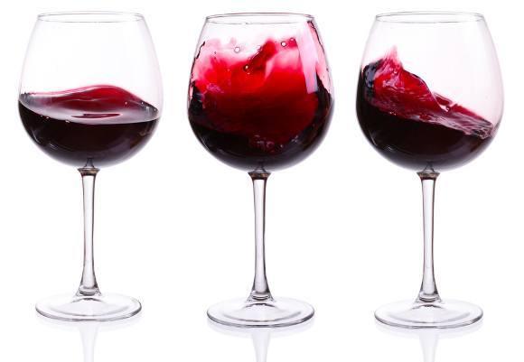 แก้วไวน์แดงสามใบ