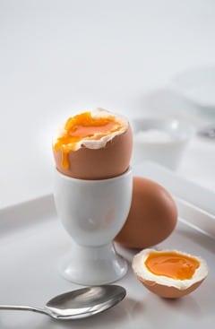 ไข่ต้มสุกสีน้ำตาลสองฟอง
