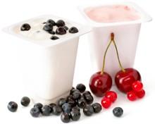 โยเกิร์ตสองหม้อและผลเบอร์รี่บางส่วน