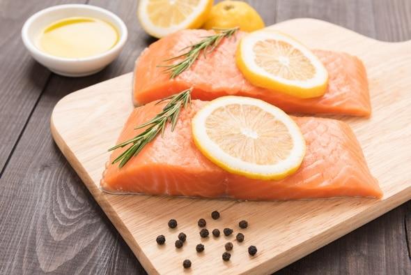 ปลาแซลมอนสองชิ้นและเลมอนสไลซ์