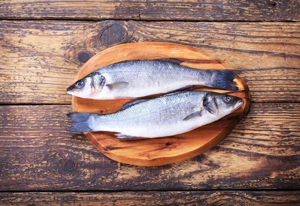 ปลากะพงสองตัวบนเขียง