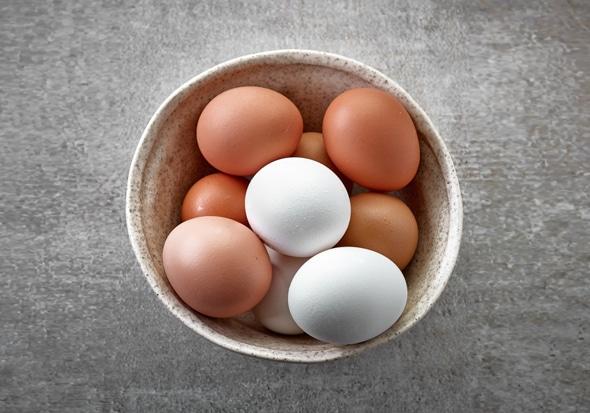 ไข่ขาวและน้ำตาลในชาม