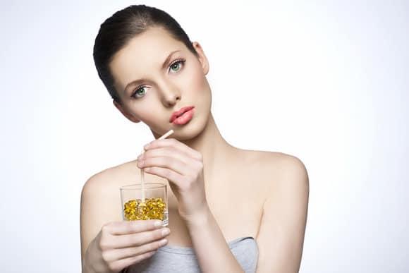 ผู้หญิงกำลังดื่มยาด้วยฟาง