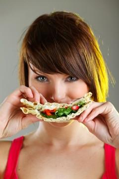 ผู้หญิงกำลังกินขนมปัง
