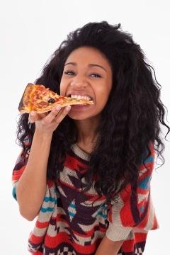 ผู้หญิงกำลังกินพิซซ่า